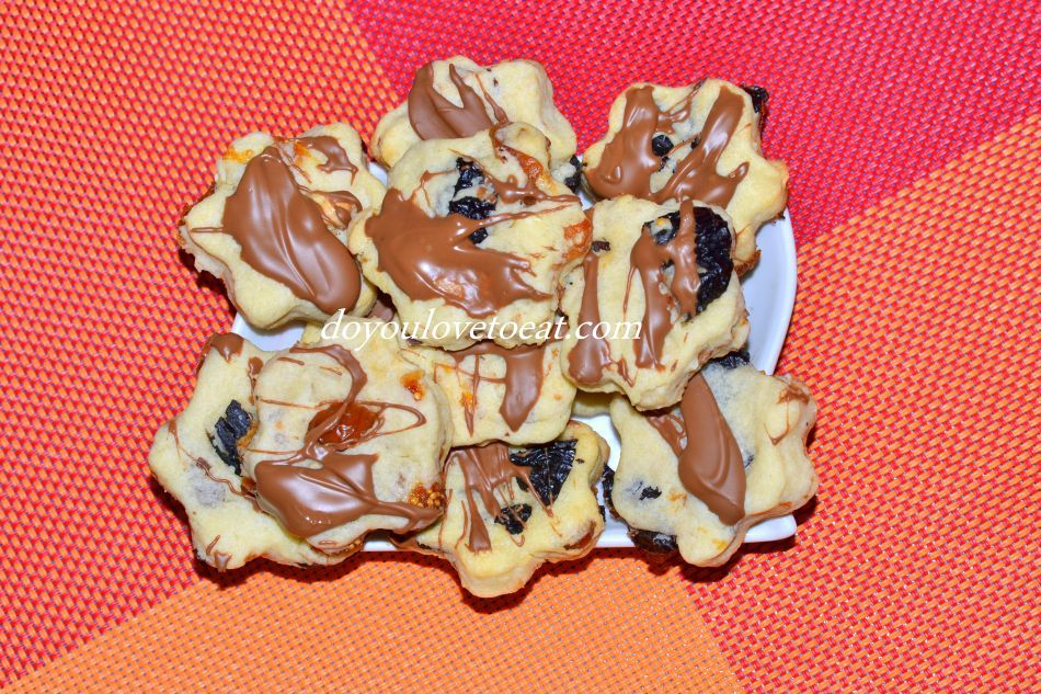 Бисквити с масло, сушени плодове и шоколад
